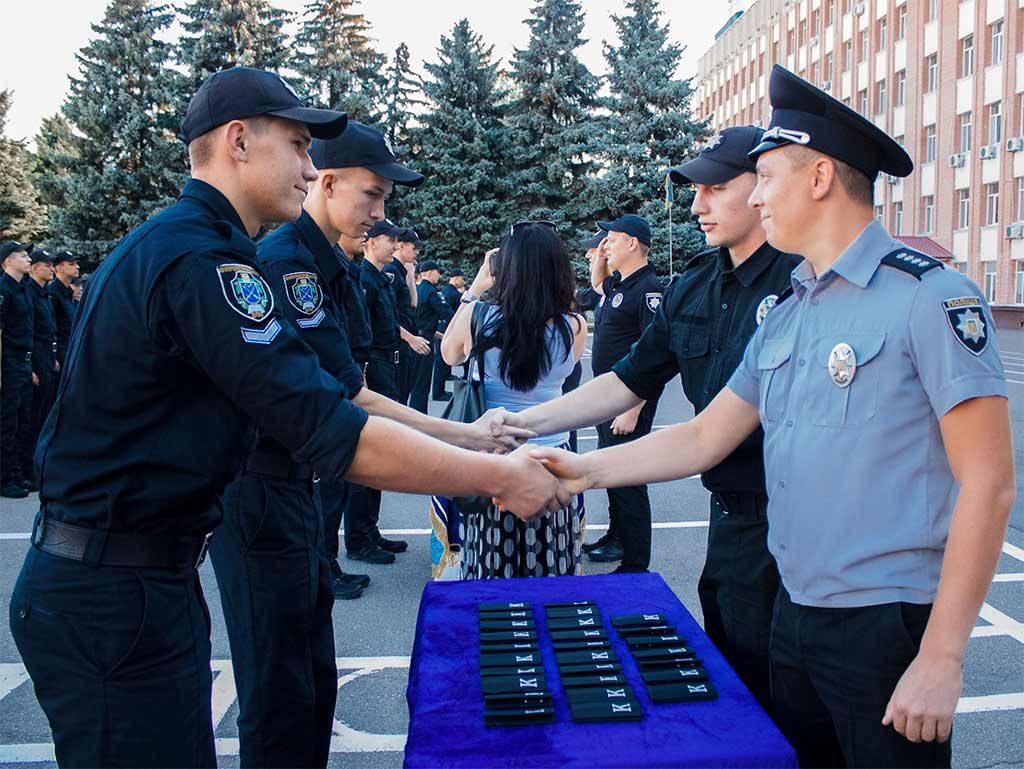 Першокурсники отримали курсантські погони та пройшли урочистим маршем на плацу університету.