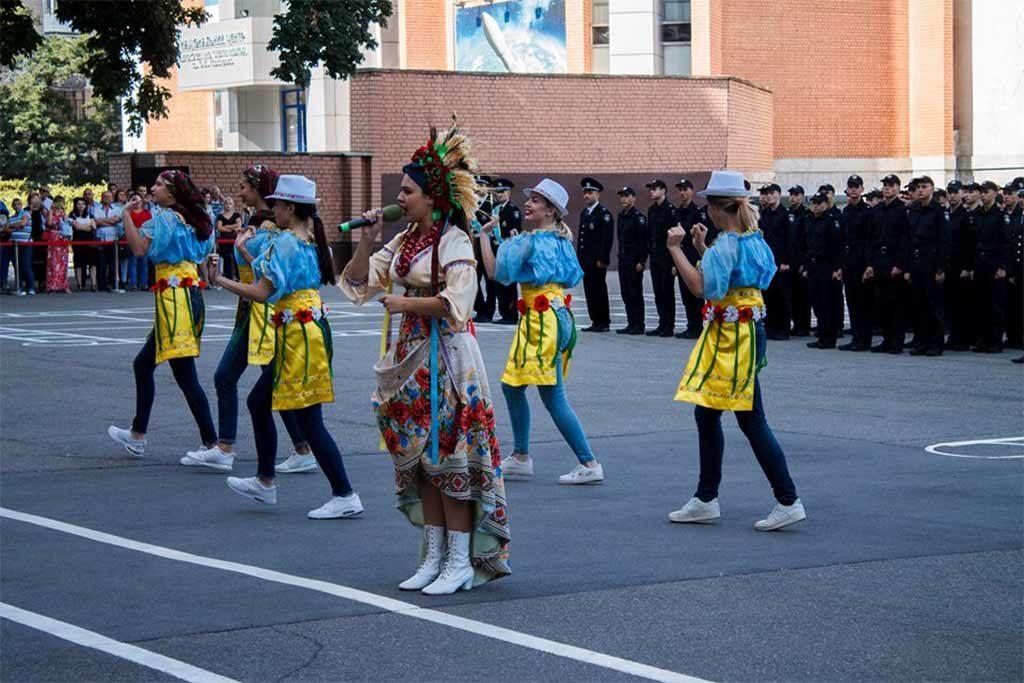 Музичні вітання першокурсникам та гостям свята подарували учасники художньої самодіяльності навчального закладу