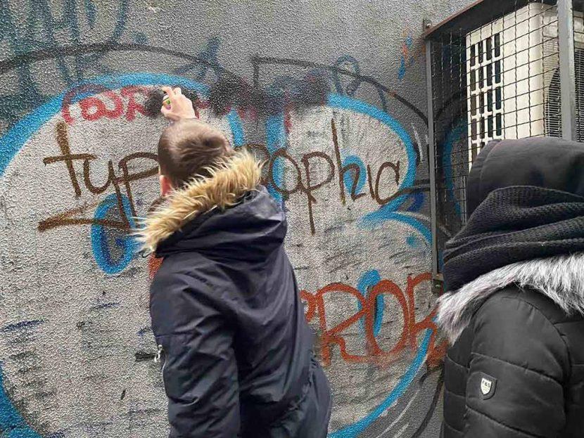 Курсанти ДДУВС деактивували написи наркоділків на стінах будинків